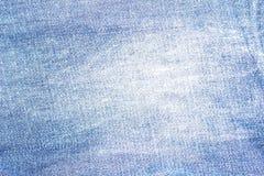 Fundo da textura das calças de brim da sarja de Nimes com furo desgastado imagens de stock royalty free