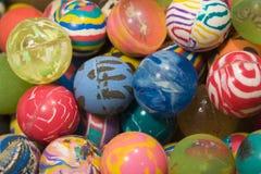 Fundo das bolas de borracha multi-coloridas do supermercado da máquina de venda automática Imagem de Stock