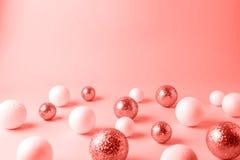 Fundo das bolas do Natal tonificado na cor coral Conceito mínimo do ano novo imagem de stock royalty free