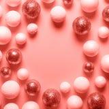 Fundo das bolas do Natal tonificado na cor coral Conceito mínimo do ano novo fotos de stock royalty free