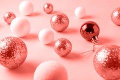 Fundo das bolas do Natal tonificado na cor coral Conceito mínimo do ano novo Configuração lisa imagem de stock