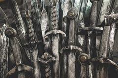 Fundo das espadas do cavaleiro do metal Os cavaleiros do conceito Fotos de Stock Royalty Free