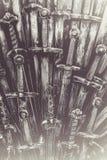 Fundo das espadas do cavaleiro do metal Os cavaleiros do conceito Fotografia de Stock