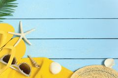 Fundo das férias de verão com a toalha amarela da praia, os falhanços de aleta, os óculos de sol e as conchas do mar foto de stock