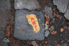 Fundo das folhas de outono e da arte vermelha da inscrição em um amarelo foto de stock