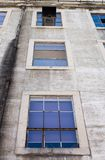 Fundo das janelas da construção tradicional, Lisboa, Portugal fotografia de stock