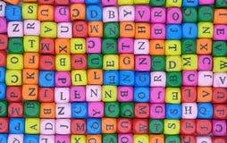 Fundo das letras inglesas coloridas de madeira dispersadas imagem de stock royalty free