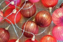 Fundo das luzes vermelhas do Natal, festão festiva Fotografia de Stock