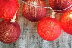 Fundo das luzes vermelhas do Natal, festão festiva com espaço do texto Foto de Stock Royalty Free