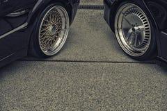 Fundo das rodas de carro de ajustamento na rua Fotografia de Stock Royalty Free
