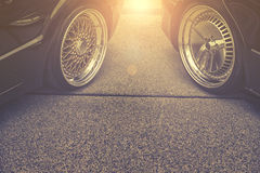 Fundo das rodas de carro de ajustamento na rua Fotos de Stock Royalty Free
