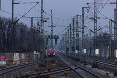 Fundo das trilhas de estrada de ferro com trem entrante imagem de stock royalty free
