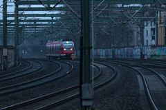 Fundo das trilhas de estrada de ferro com trem entrante fotos de stock