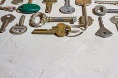 Fundo das várias chaves no close-up áspero da superfície concreta Fotos de Stock