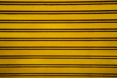 Fundo de aço amarelo da porta do obturador do rolo (porta da garagem com h Fotografia de Stock Royalty Free