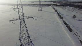 Fundo de alta tensão AÉREO do frio do inverno da torre vídeos de arquivo