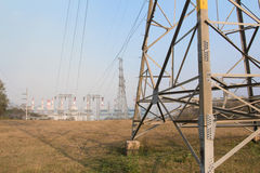 Fundo de alta tensão do cargo e do central elétrica Imagens de Stock Royalty Free