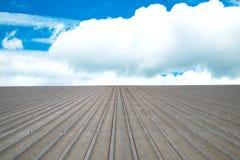 Fundo de alumínio ondulado do céu azul do telhado Fotografia de Stock Royalty Free