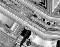 Fundo de alumínio preto e branco Tubulações do metal e componentes tecnologicos abstratos Conceito industrial imagens de stock