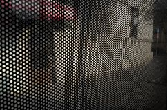 Fundo de círculos pretos pequenos na cena urbana da rua fotos de stock