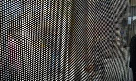 Fundo de círculos pretos pequenos na cena urbana da rua fotografia de stock royalty free