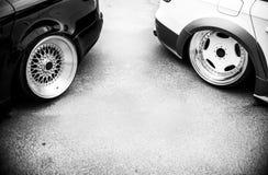 Fundo de carros de ajustamento na rua, efeito preto e branco Fotografia de Stock Royalty Free