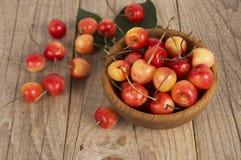 Fundo de cerejas maduras Pilha de cerejas frescas e saborosos Imagens de Stock Royalty Free