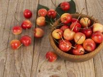 Fundo de cerejas maduras Pilha de cerejas frescas e saborosos na bacia de madeira Fotografia de Stock Royalty Free