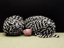 Fundo de confecção de malhas moderno com lãs preto e branco e cor-de-rosa Imagens de Stock Royalty Free
