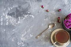 Fundo de Consrete com chá imagens de stock