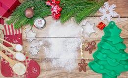 Fundo de cozimento do bolo do Natal com espaço do texto livre Ingredientes e ferramentas para cozer - farinha, árvore de Natal e  imagem de stock royalty free