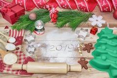 Fundo de cozimento do bolo do Natal A inscrição na farinha -2019 Foedients dos ingredientes e das ferramentas e ferramentas para  fotografia de stock royalty free