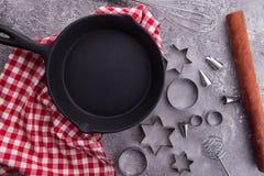 Fundo de cozimento ou de cozimento com utensílios da cozinha, pino do alimento do rolo, frigideira, entalhe da cookie no fundo de fotografia de stock