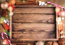 Fundo de Cristmas com lugar para o cartão de Natal de madeira das varas de canela do bastão de doces das cookies da bandeja do fu Fotografia de Stock