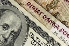 Fundo de dólares americanos e de rublos de russo, fim acima Fotografia de Stock