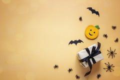 Fundo de Dia das Bruxas com abóbora decorativa, aranhas, bastões e Fotografia de Stock
