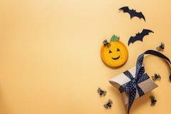Fundo de Dia das Bruxas com abóbora decorativa, aranhas, bastões e Fotos de Stock