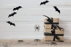 Fundo de Dia das Bruxas com caixas de presentes, as aranhas decorativas e os vagabundos Fotos de Stock Royalty Free