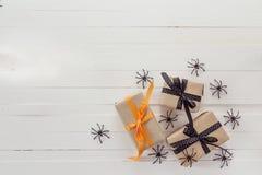 Fundo de Dia das Bruxas com caixas de presentes e as aranhas decorativas sobre Foto de Stock