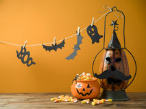 Fundo de Dia das Bruxas com a lanterna do jaque o da decoração imagem de stock