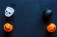 Fundo de Dia das Bruxas com teste padrão de lanternas do jaque no fundo preto decoração criativa, celebração, outono imagens de stock royalty free