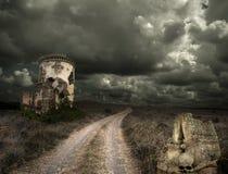 Fundo de Dia das Bruxas com torres velhas imagem de stock