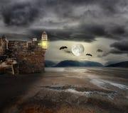 Fundo de Dia das Bruxas com torres velhas Foto de Stock Royalty Free