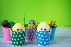 Fundo de Easter Os ovos da páscoa engraçados pintaram amarelo no fundo da cor Conceito do feriado da Páscoa fotografia de stock royalty free