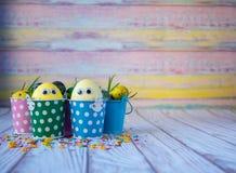 Fundo de Easter Os ovos da páscoa engraçados pintaram amarelo no fundo da cor Conceito do feriado da Páscoa imagens de stock royalty free