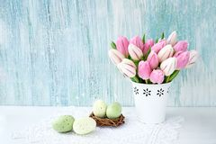 Fundo de Easter Ovos da páscoa decorativos e tulipas cor-de-rosa no vaso branco Copie o espaço Imagens de Stock Royalty Free