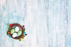 Fundo de Easter Ovos da páscoa decorativos no cartão pequeno do feriado do ninho, espaço da cópia Fotos de Stock Royalty Free