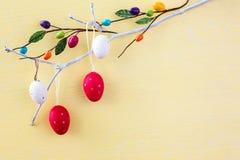 Fundo de Easter Ovos da páscoa decorativos no ramo Imagens de Stock Royalty Free