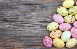 Fundo de Easter, ovos da páscoa manchados pequenos Fotografia de Stock Royalty Free