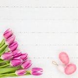Fundo de Easter Ramalhete das tulipas e de ovos decorativos no fundo de madeira branco Imagens de Stock